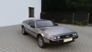 DeLorean stojący przed hotelem Bagatelka w Miłosławiu koło Poznania